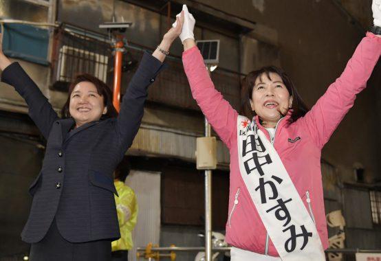 応援に駆けつけた竹谷とし子参議院議員と勝利のVサインをする田中かすみ